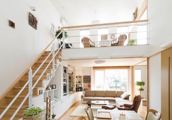 大きな吹抜のある、開放的なリビング。リビング階段を昇ると室内と外の庭を見渡せるフリースペース。