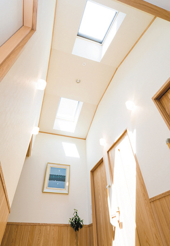 玄関ホールのトップライト。空間に開放感を演出。