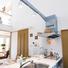 リビングと一体化するフルオープンの対面カウンターキッチン。 照明は天井が吹抜のため、壁からフレームを伸ばして視覚的な美しさを保ちながら設置。