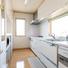 白を基調にした明るいキッチン。カップボードは造り付け。