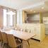 ダイニング・キッチンは2世帯が集まる団らんスペース。 レモンイエローの対面カウンターキッチンが空間に明るい雰囲気を演出。 家族全員で食事ができる大きなダイニングテーブルは特注のオリジナル。