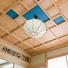 共用の和室天井は部材を井桁に組んだ格天井(ごうてんじょう)。 手彫りの欄間も設けて、おもてなしの気持ちが伝わる本格的な和室。